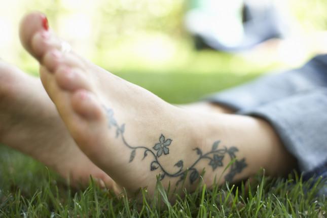 Tatuaggio laterale che corre lungo il piede fino quasi il mignolo. Molto delicato e femminile