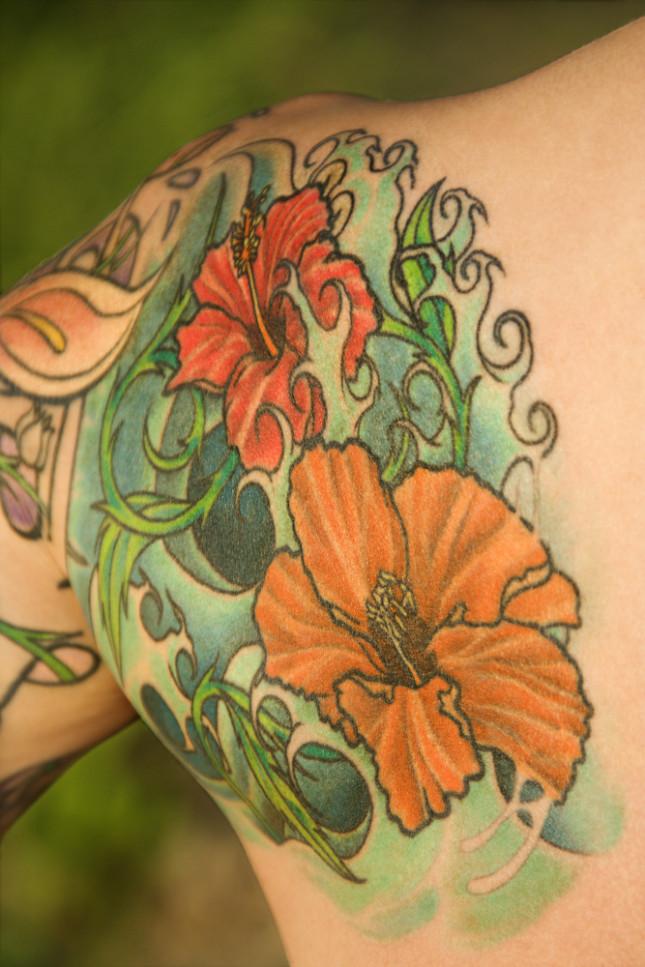 Composizione floreale sulla spalla
