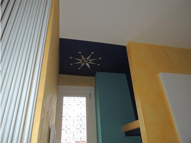 Particolare decorazione con bianco, giallo, blu