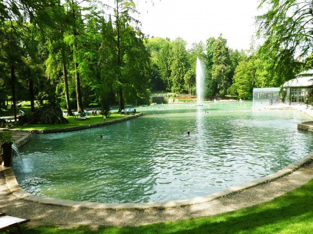 Lago di acqua termale all'interno del parco di Villa dei Cedri sul lago di Garda.