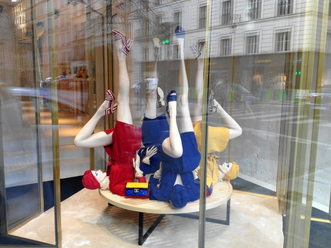 colori forti e decisi nelle vetrine dei negozi