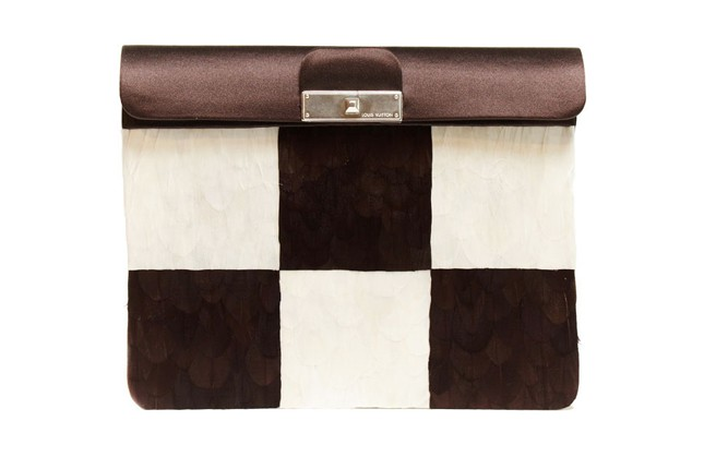 Dalla collezione primavera estate 2013 di borse Louis Vuitton, clutch a quadri marroni e bianchi.