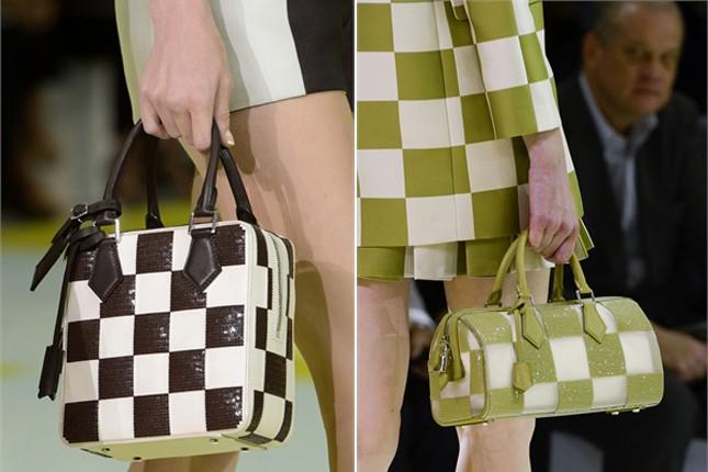 Minibauletti a scacchi bicolore nella sfilata PE 2013 di Louis Vuitton.