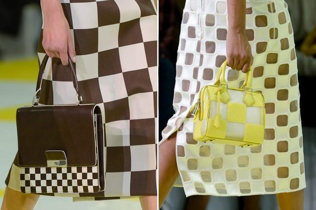 Borse a mano con uno o due manici in passerella Louis Vuitton.