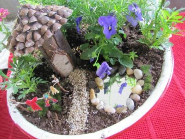 Fairy Garden con panni stesi e laghetto