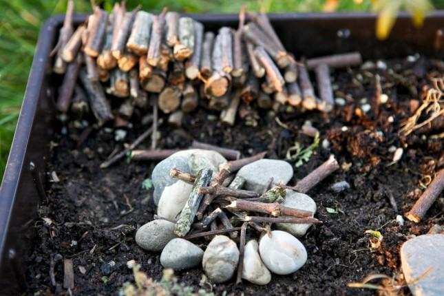 Fairy garden: il falò e la legnaia