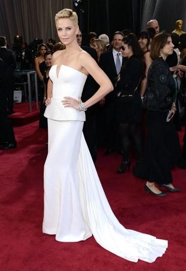 Charlize Theron alla Notte degli Oscar con un abito di Christian Dior