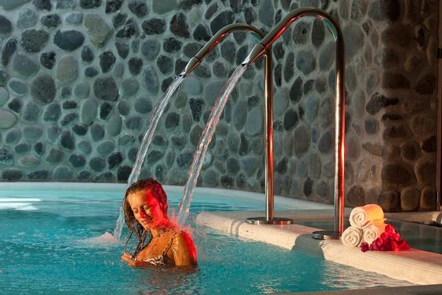 Percorsi idrici nella piscina coperta del Therasia Wellness Centre.