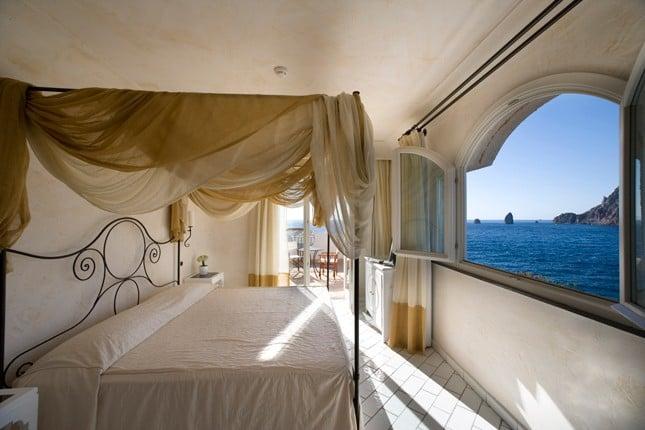 Una camera del Therasia Resort Sea&Spa.