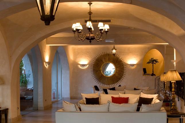 Una sala interna del Therasia Resort Sea&Spa, dagli arredi sobri e l'atmosfera rilassata.