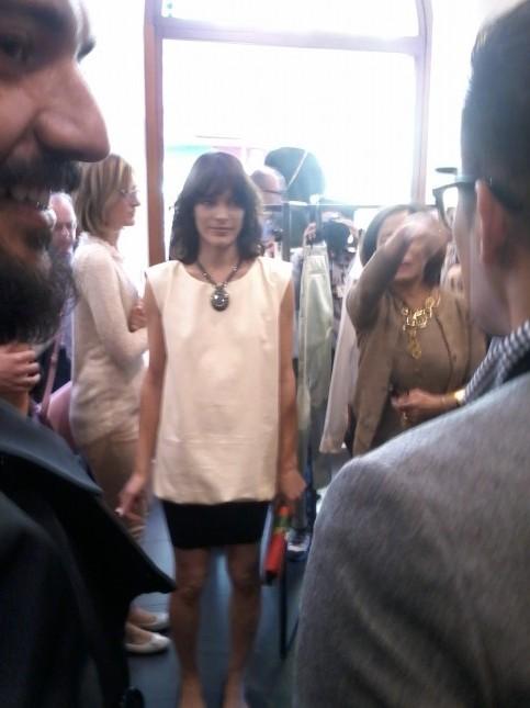 Milla Jovovich in mezzo ai giornalisti presenti all'opening del Talent Store