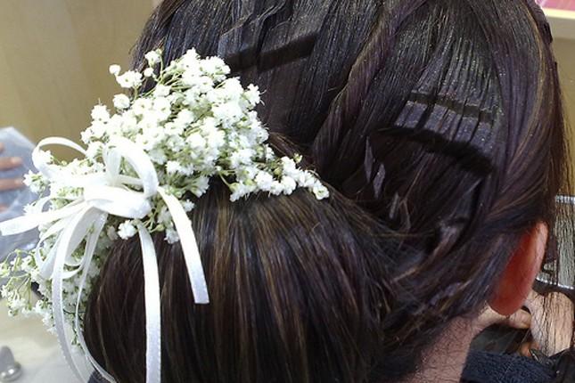 Chignon con fiori bianchi - foto da Flickr creative commons
