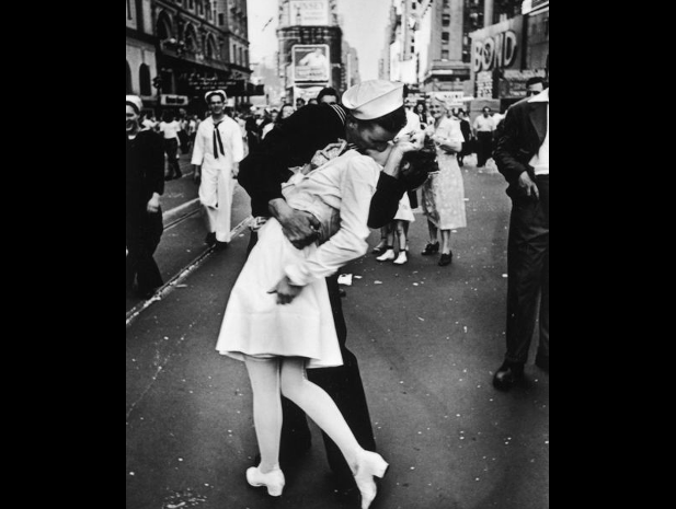 Vj Day a Times Square, foto di Alfred Eisenstaedt / @ Life-Getty images
