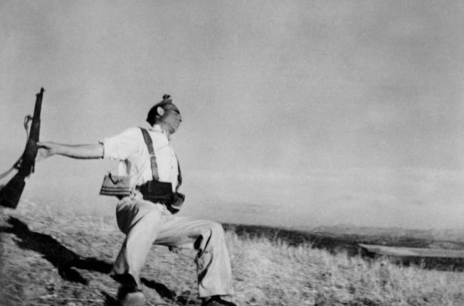 Forse la foto più famosa di Robert Capa: miliziano ucciso, guerra civile spagnola / @ Life-Getty images