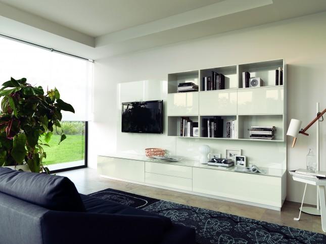 Design minimale per la composizione living LiberaMente con basi con ante a vetro e pensili con ante lucide color Avorio