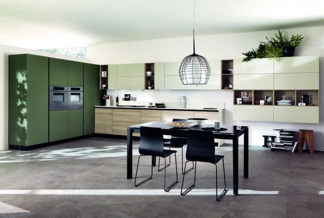 Questa cucina LiberaMente di Scavolini ha basi in decorativo larice Biscotto e pensili in laminato opaco color Grigio Gabbiano. Il mobile a colonna è in color Verde Lichene
