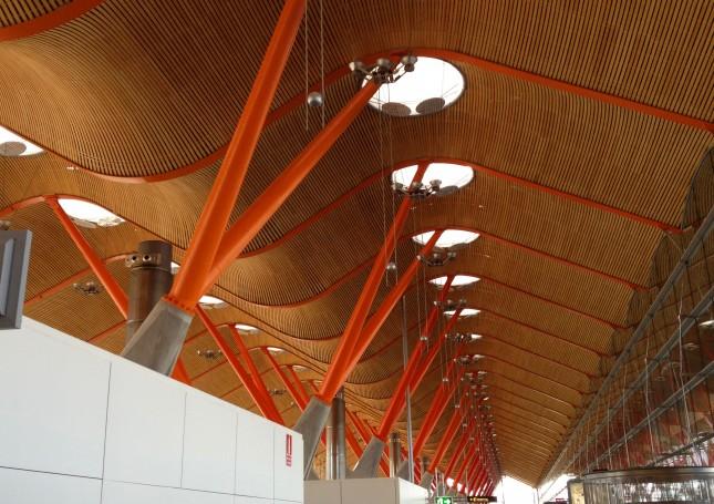 Lo spattacolare nuovo terminal T4 dell'aeroporto di Madrid Barajas, firmato Richard Rogers: purtroppo lo si può vedere solo se vola Iberia.