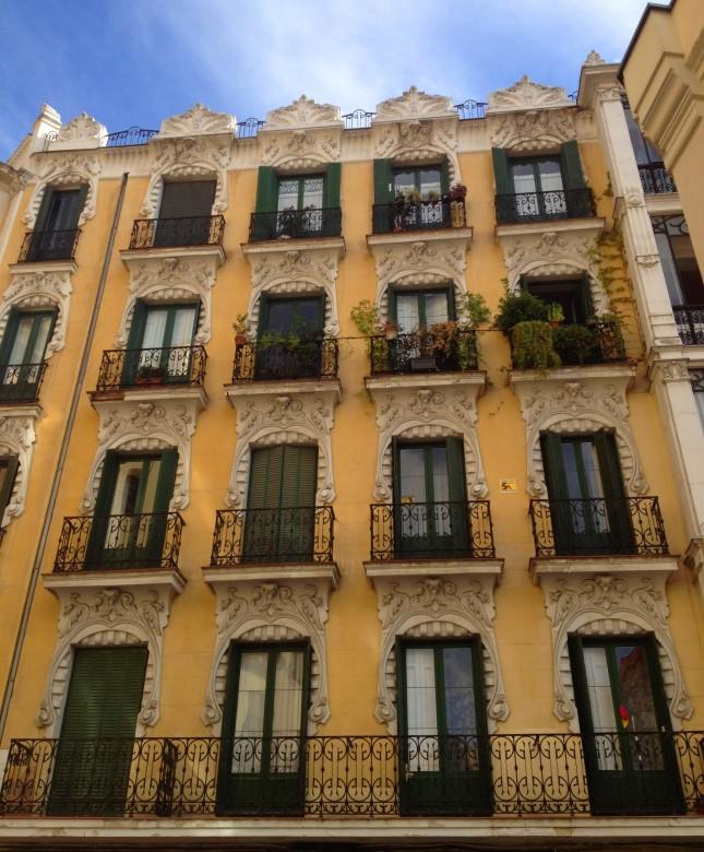 Le facciate dei palazzi nel centro di Madrid sono un mix meraviglioso di colori, di pattern e stili diversi.