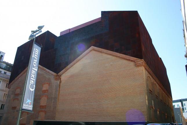 Il fianco dell'edificio CaixaForum, dove si vede convivere il vecchio e il nuovo.