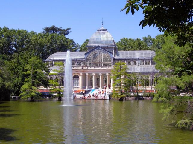 Il Palacio de Cristal con il suo lago, e gli alberi che crescono nell'acqua.