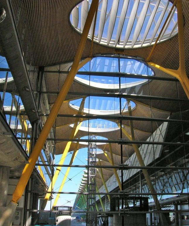 La fuga dei pali di sostegno in gradazione di colore per la lunghezza di tutto il terminal.