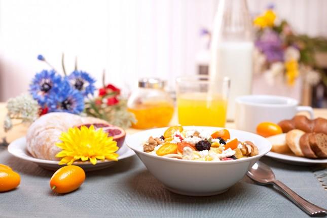 Varietà e colore sulla tavola al mattino
