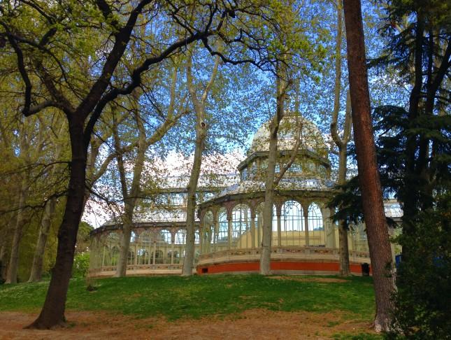 Il retro del Palacio de Cristal, immerso nel verde del Retiro.