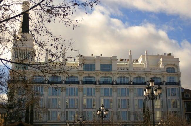 Il palazzo, di epoca moderna, che domina plaza de Santa Ana ospita un hotel, un ristorante, e un locale sulla terrazza in cima all'edificio.