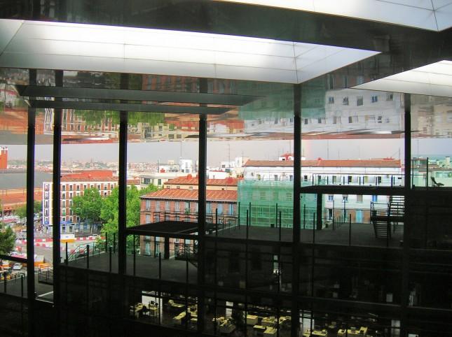 Il surreale riflesso che l'architettura della terrazza coperta del Museo Reina Sofia crea specchiando gli edifici circostanti.