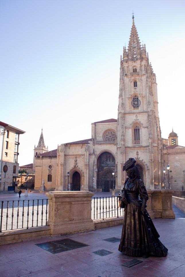 La Regenta, la statua di bronzo che domina la piazza del Duomo di Oviedo, nelle Asturie.