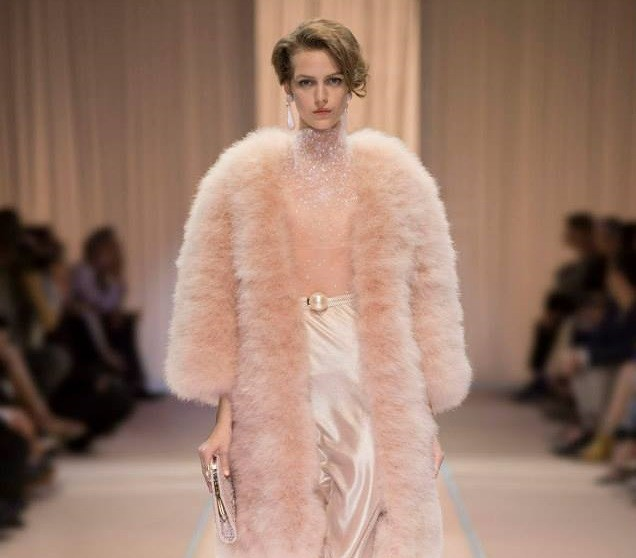 Sfilata Armani Privè haute couture- pellicciotto oversize e gonna alta in raso look flapper