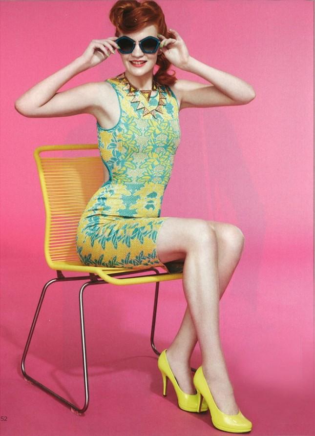 Foto dal catalogo M Missoni, outfit anni cinquanta con vestitino aderente giallo & turchese
