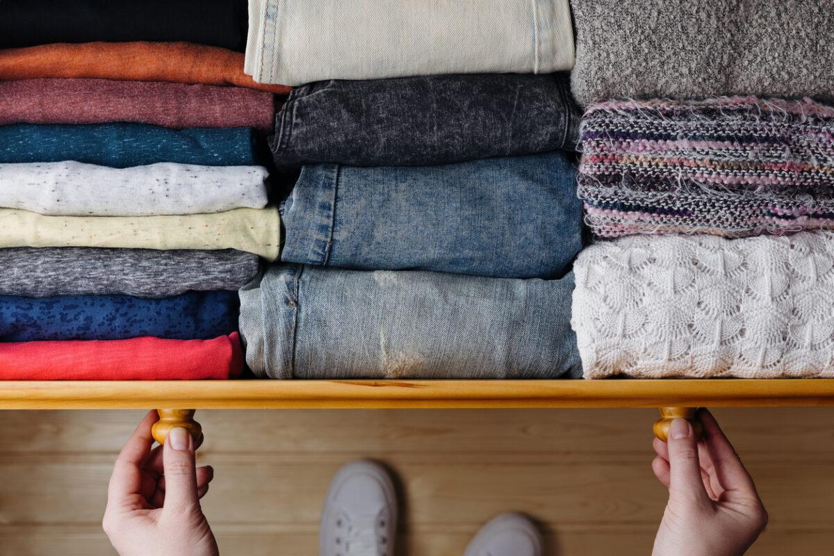 Come piegare i vestiti ottimizzando lo spazio