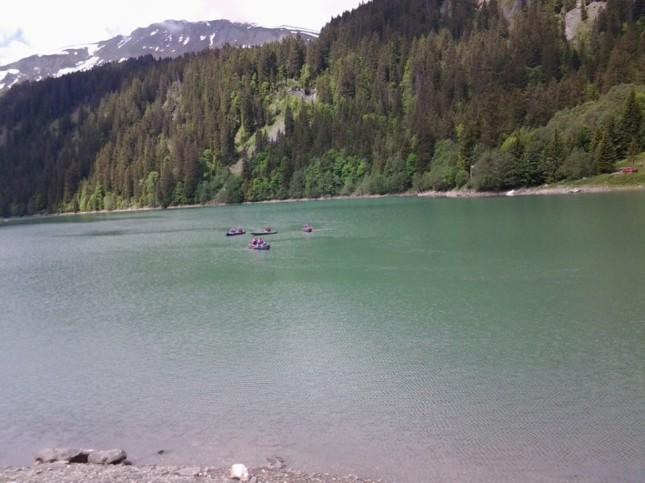 Canoa sul lago Arnen, sperimentando gli sport acquatici sotto il ghiacciaio