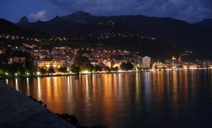 Panorama notturno dalle rive di Montreaux (Svizzera)