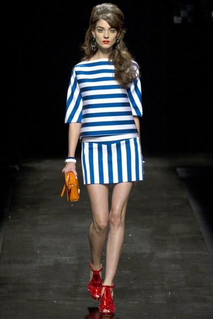 Strisce blu per questo outfit PE13 di Moschino