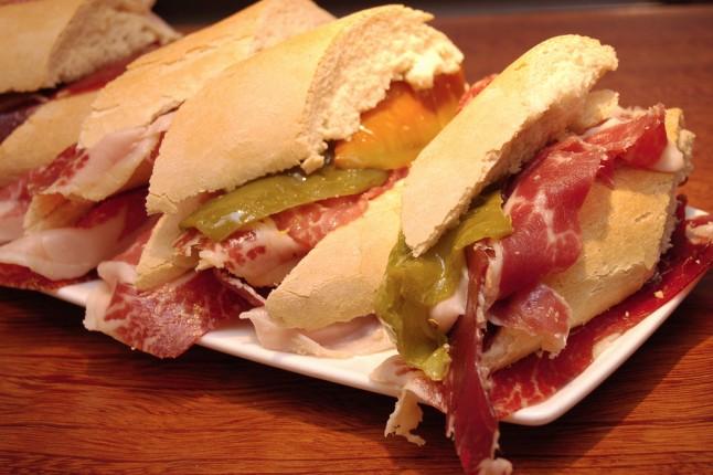 Pane, jamon e pimientos: uno dei tipici Pintxos dei Paesi Baschi.