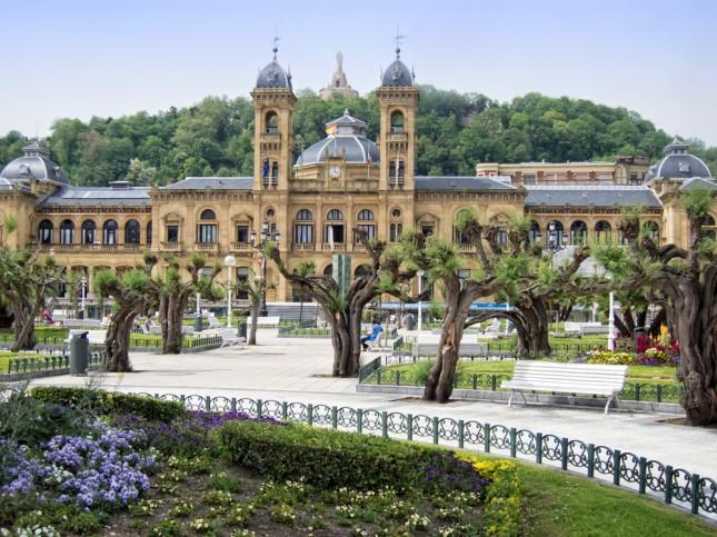 I giardini di fronte al palazzo del Comune a San Sebastian.