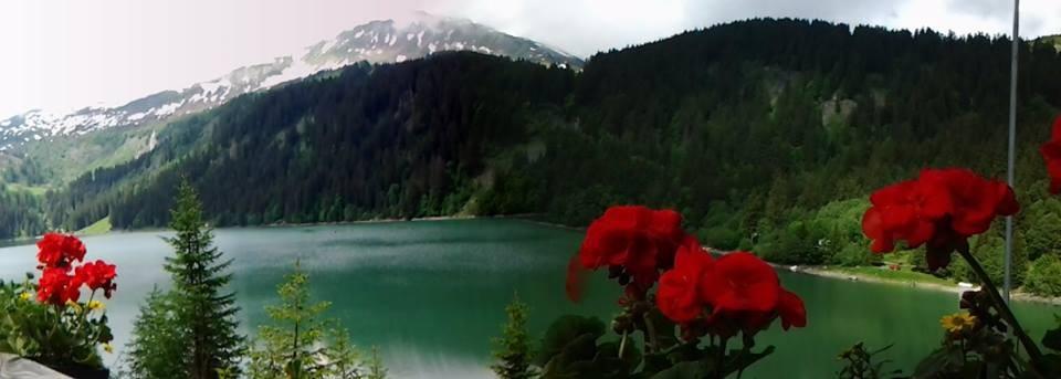 Il lago Arnen in Svizzera, vicino a Gstaad