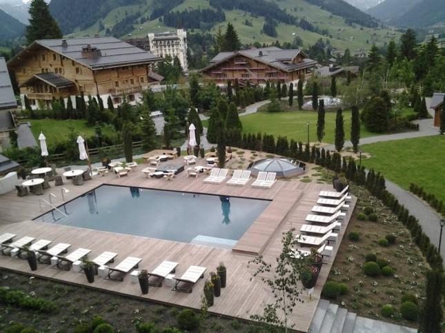 La piscina esterna di The Alpina Gstaad a Gstaad in Svizzera