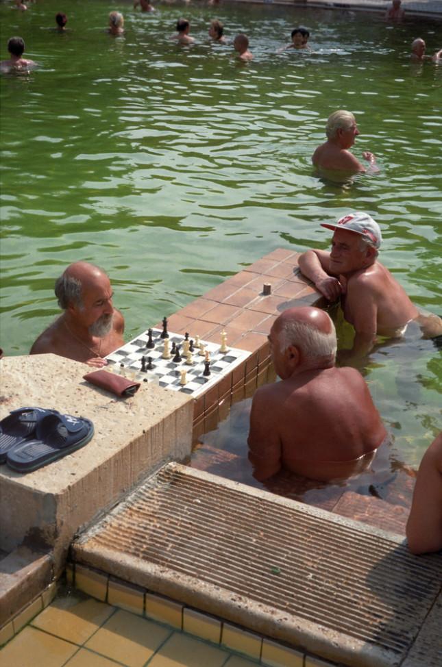 Le famose partite di scacchi delle persone in ammollo nelle acque termali del bagno Szechenyi