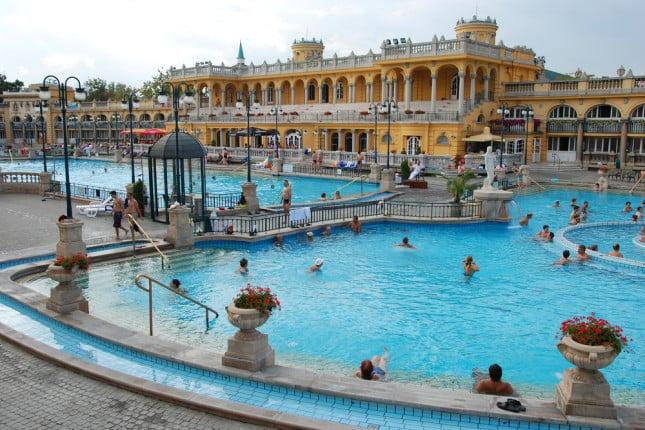 Vasche enormi nel bagno Szechenyi  di Budapest.