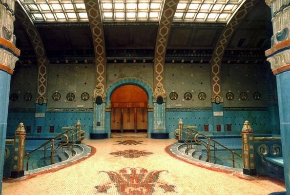 Bellissimi decori e mosaici decorano il bagno Gellert.