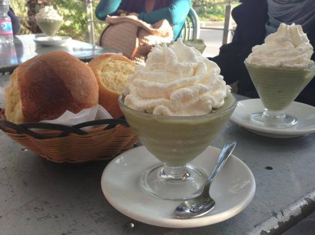 Dolce pausa in Taormina: granita al pistacchio con panna e brioches