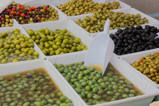 Olive siciliane sui banchi del mercato