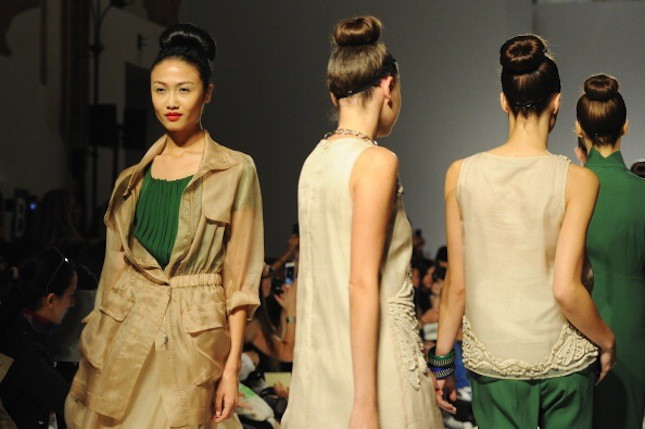 Una donna romantica ed elegante sfila tra colori corposi e linee geometriche. Questa la collezione primavera-estate 2014 presentata a Milano Moda Donna da Paola Frani