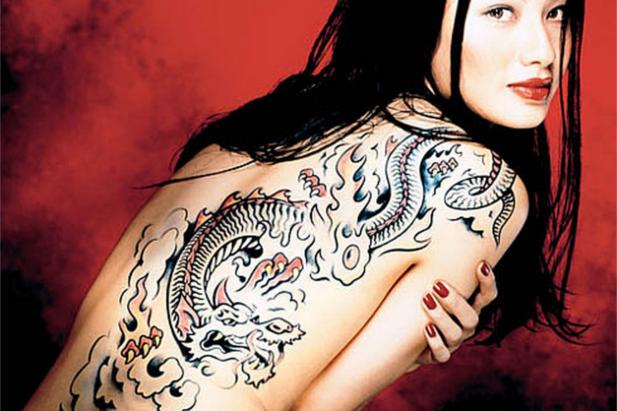 Tattoo giapponese: elegante b/n con fiori di ciliegio rossi