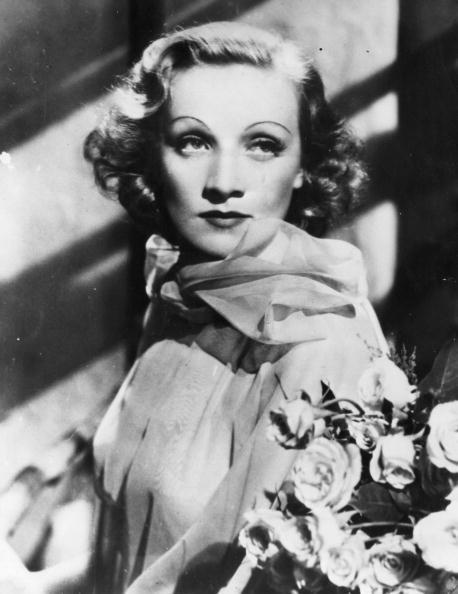 Marlene Dietrich con riga laterale e capelli più corti