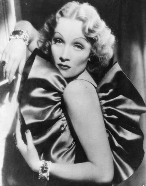 Marlene Dietrich con capelli ondulati e riga centrale