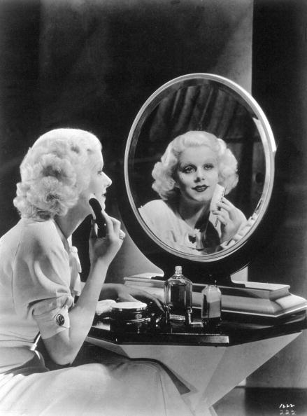 Jean Harlow seduta alla specchiera